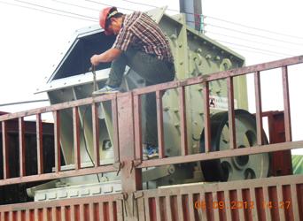 图:成品单段细碎机正在装车发往客户现场
