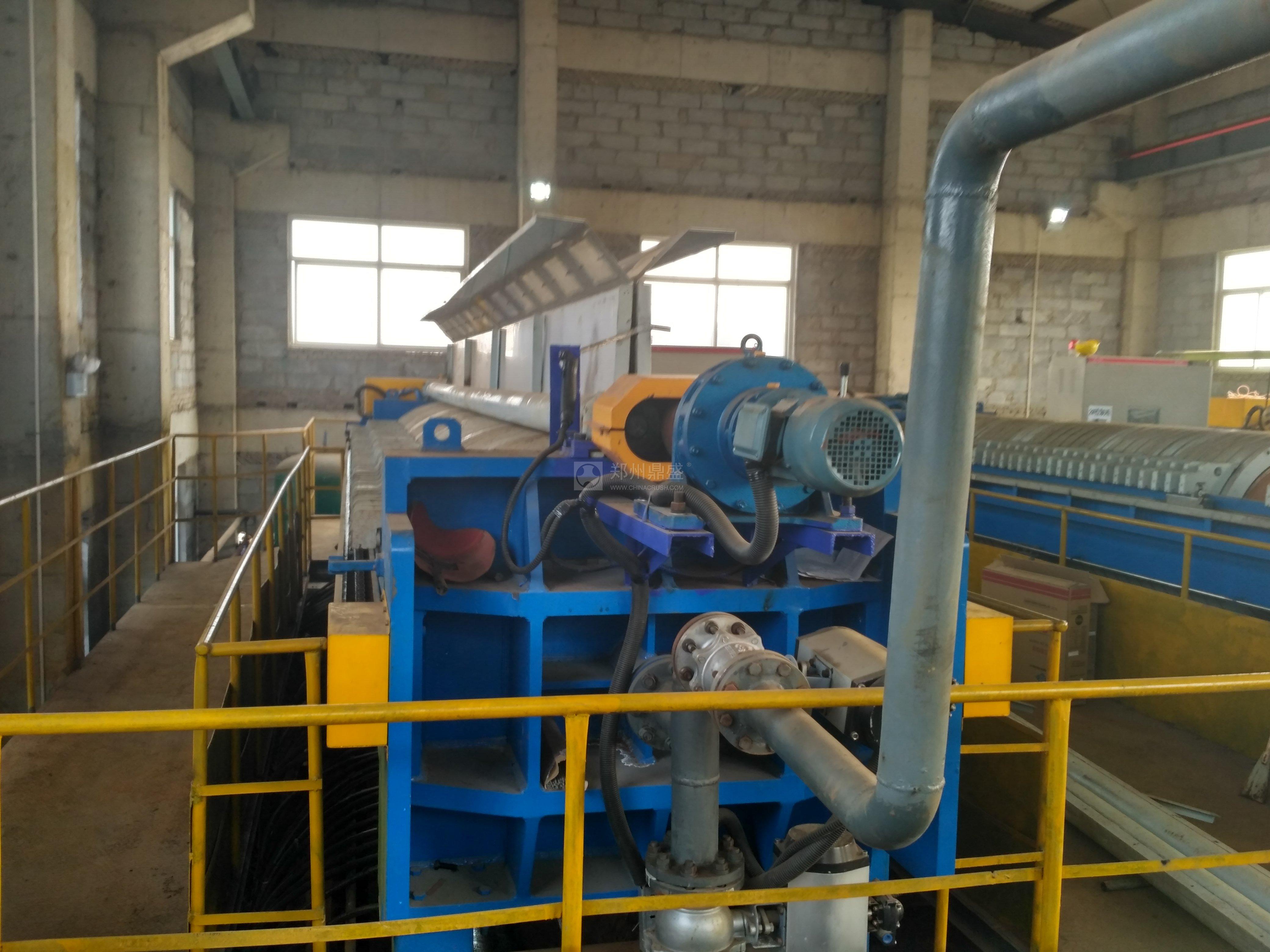 超高压污泥压干机采用高压压榨,进料液压柱塞泵压力高达2mpa,压榨