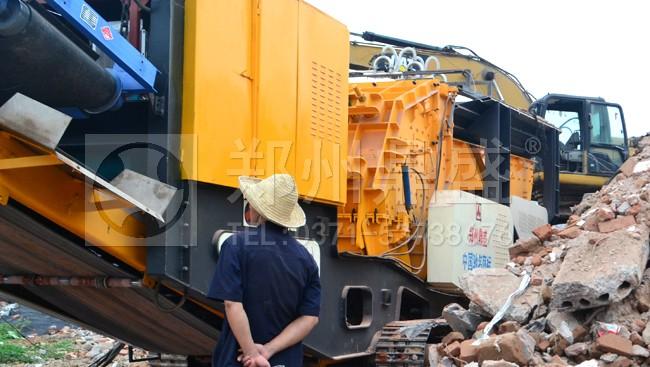 郑州鼎盛履带式建筑垃圾移动破碎站处理拆迁建筑垃圾现场